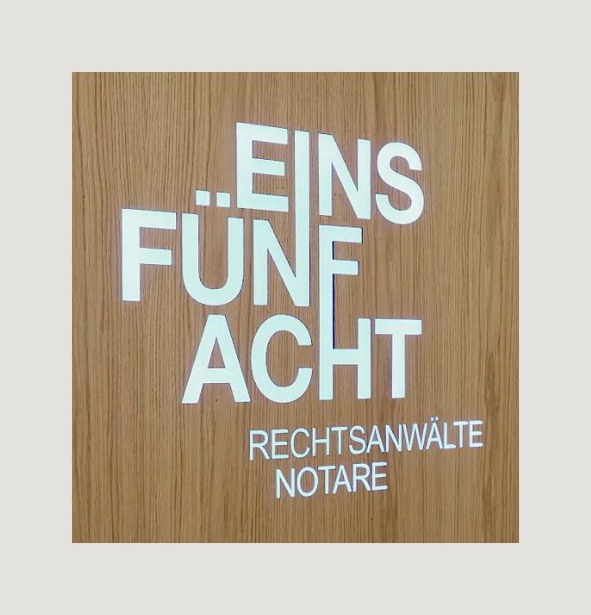 EINSFÜNFACHT Logo im Empfangsbereich