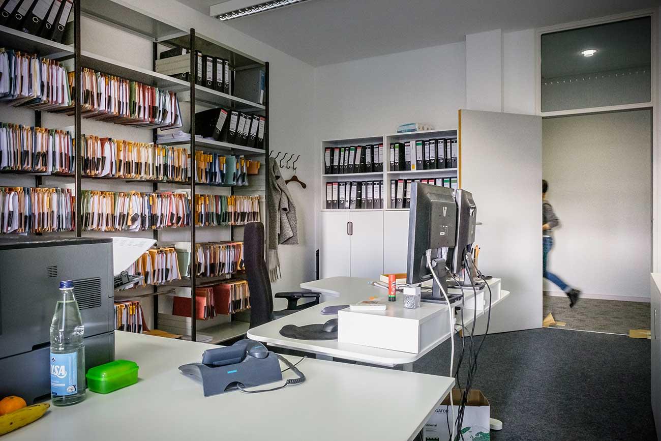 Aktenraum und Schreibtisch bei EINSFÜNFACHT