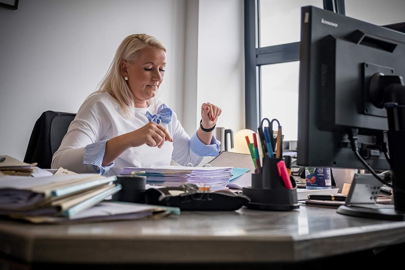 Kanzlei einsfünfacht Rechtsanwältin Carnehl Schreibtisc