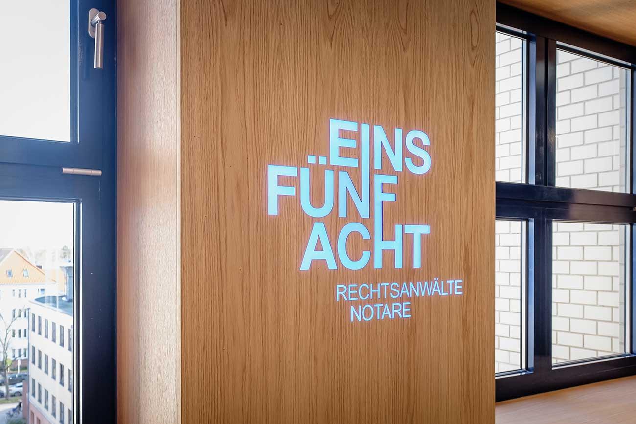 EINSFÜNFACHT - beleuchtetes Logo