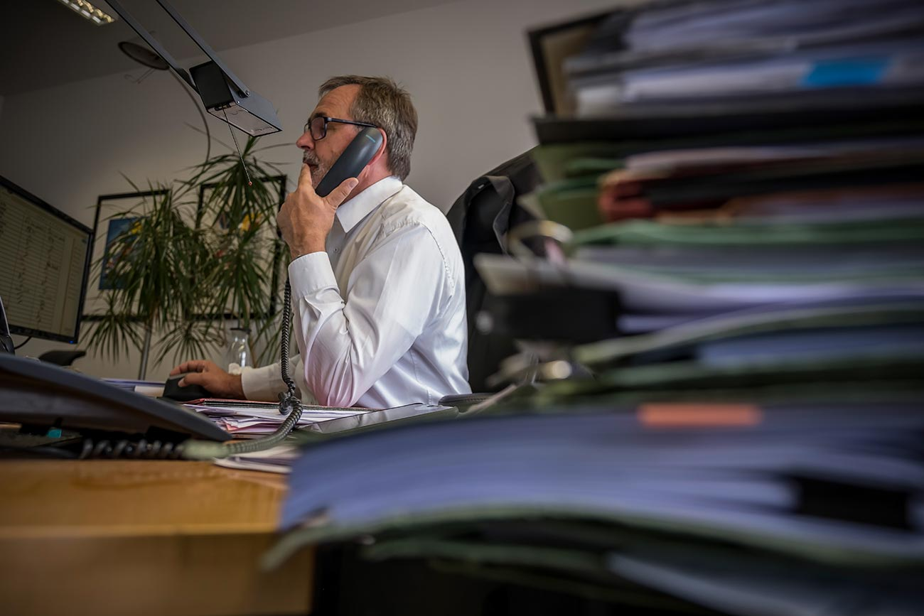 eins5acht Kanzlei Rechtsanwalt Kunzmann am Schreibtisch